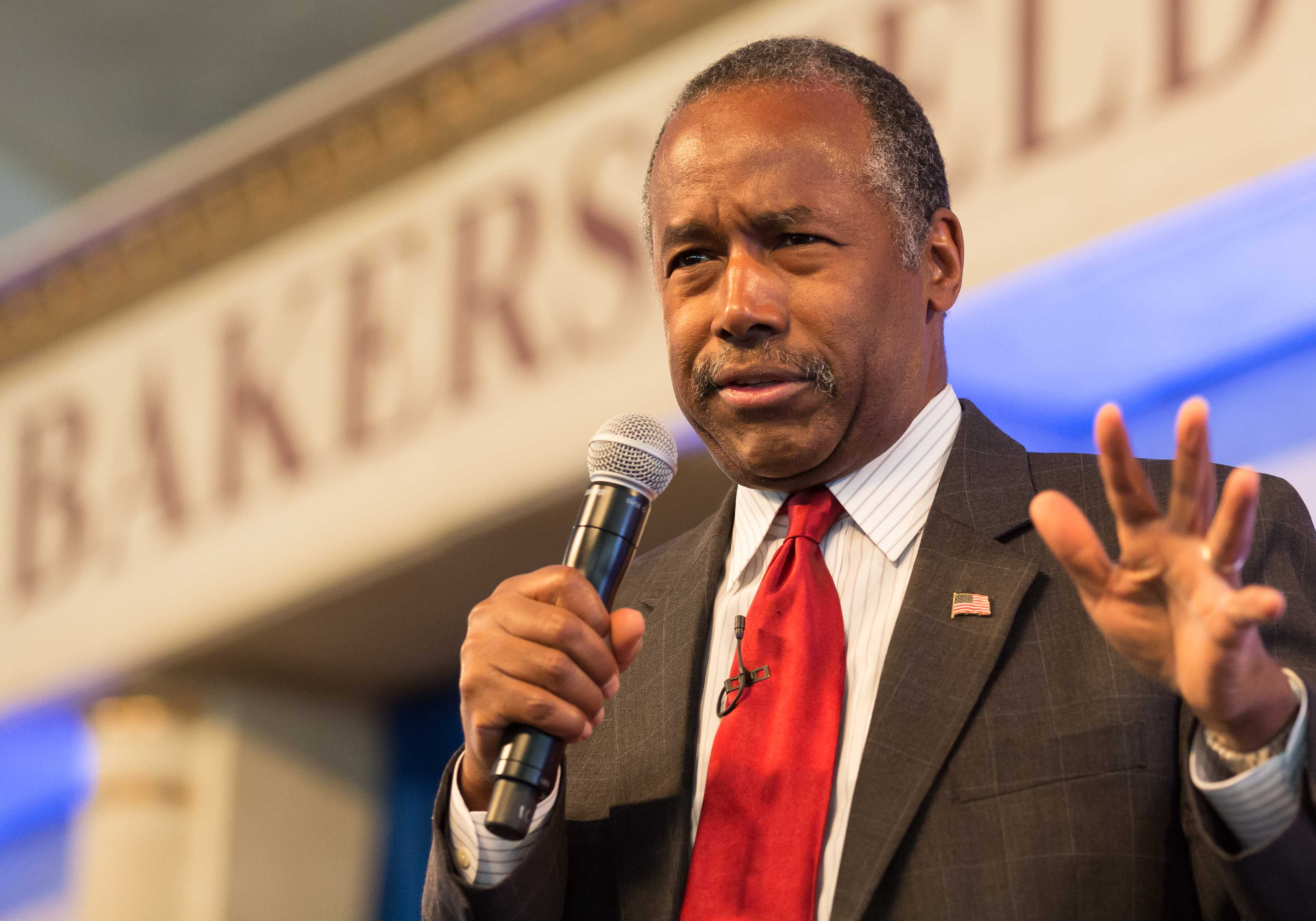 Carson talks politics at business conference