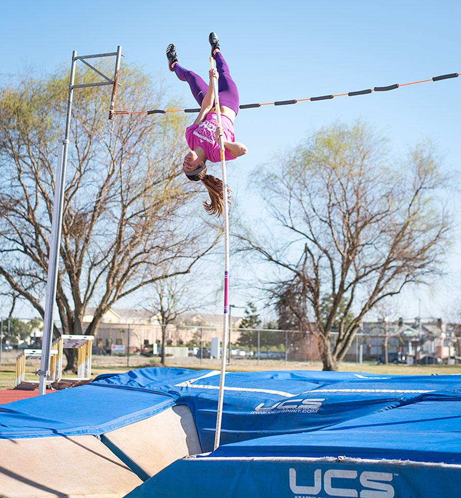 CSU+Bakersfield+sophomore+pole+vaulter%2C+Julianne+Finch%2C+practices+on+the+track+near+the+Icardo+Center%2C+on+Wednesday%2C+Feb.+28.%0A%0APhoto%3A+Simer+Khurana